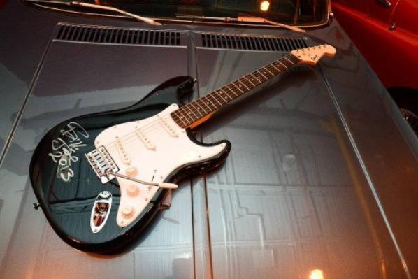 La guitare est trop belle je ne c'est pas a qui elle appartient mais est trop chanceuse je voudrais quon signe aussi ma guit :D