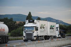 Les camions-remorques primeurs sur l'autoroute A7.