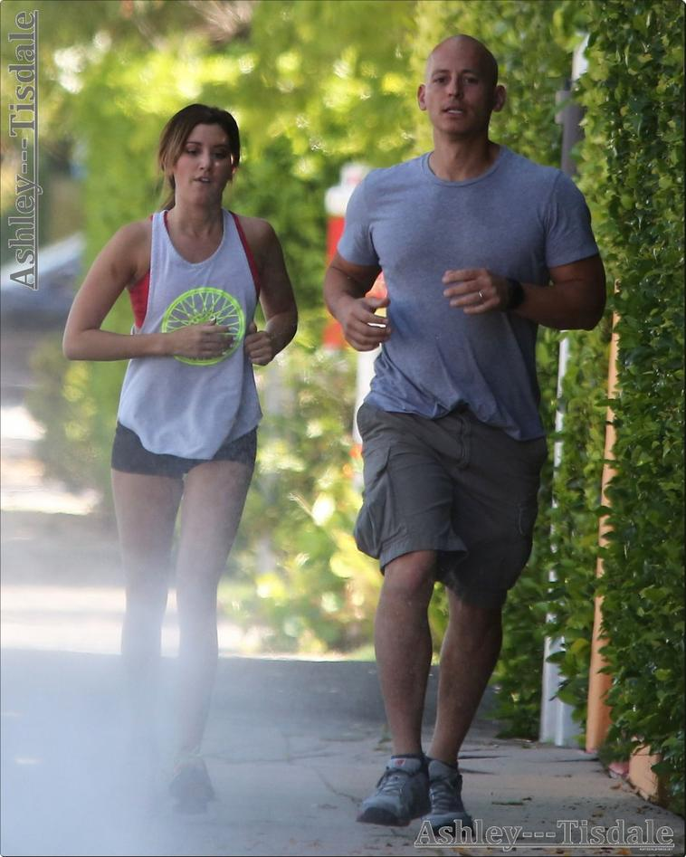 20.05.13->Ashley faisant un jogging