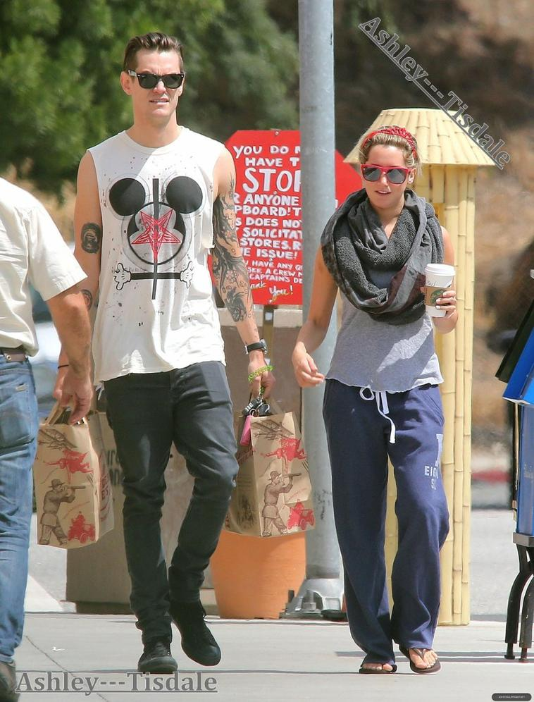 23.05.13-> Ashley était avec Christopher à Toluca Lake.