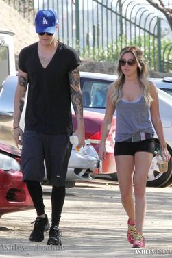 19.06.13->Ashley se rendant à une réunion dans Los Angeles puis plus tard elle à été aperçu faisant une randonnée avec Chris.