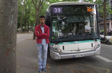 Sami Jerbi devant le bus 39, 42 et 87
