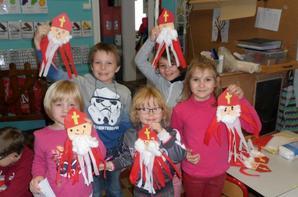 nous fabriquons notre Saint-Nicolas avec la classe de 1 et 2 prim.