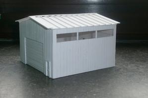 voila un hangar construit par moi même en plasticard !plus que la peinture