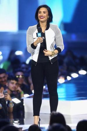 Demi sur scène à l'événement WeDay