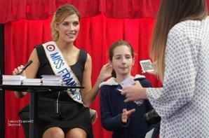 Camille en séance dédicace au centre commercial de Mont de Marsa