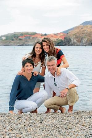 Iris  en compagnie son père , de sa demi-soeur et de sa belle mère à  Collioure