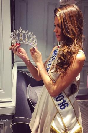 Iris découvre la nouvelle  couronne de  Miss France 2017 ,  par le créateur  Julien d'Orcel