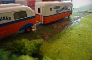 Le bar du cirque Jean Richard accompagné de la caravane ex.studio Pinder :