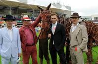 Benedict Cumberbatch avec l'équipe de War Horse au Sandow Park