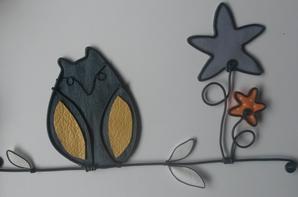 Décorations à suspendre, composé de fil noir, tissu, jean, papier... personnalisable quoi!