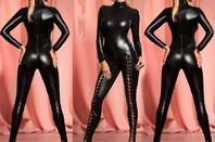femmes en latex noir