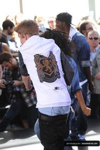 Justin Bieber trés hot dans son boxer bleu pendant son show a New York