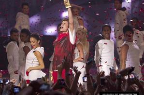 Justin Bieber trés sexy dans son pantalon en cuir rouge Au MMVA