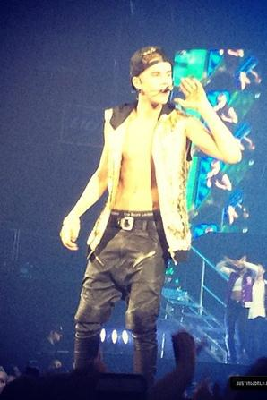 Justin Bieber trés sexy torse nu en plein concert