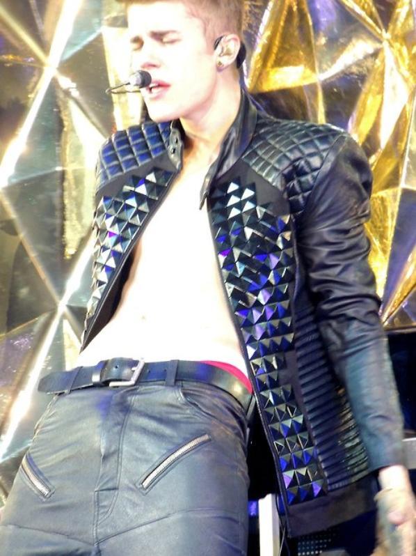 Justin Bieber étouffe Jerry sous son pantalon en cuir