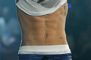 Justin Bieber trés sexy dans son pantalon en cuir bleu