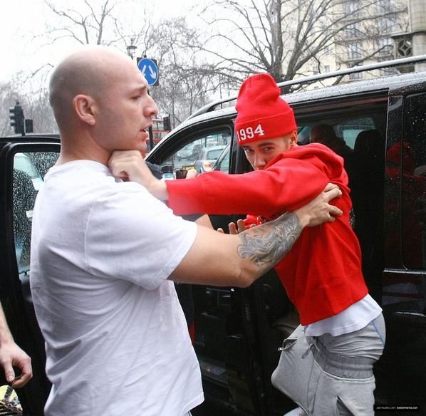 Justin Bieber nous montre son boxer trés sexy devant son hotel a londres