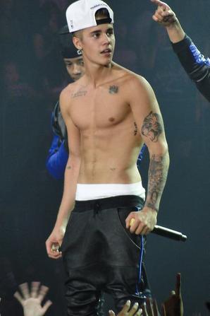 Justin Bieber trés sexy torse nu sur scéne a San Diego