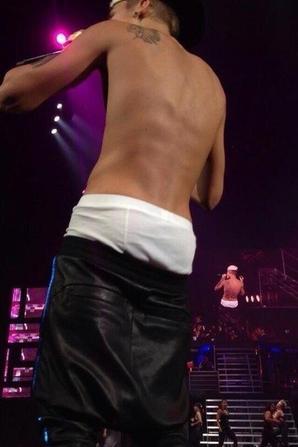 Justin Bieber trés sexy avec son beau cul bombé sur scéne