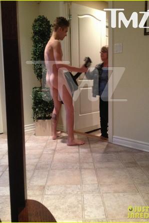 Justin Bieber trés hot quand il pose nu avec sa guitare est qu'il nous fait voire son beau cul bombé