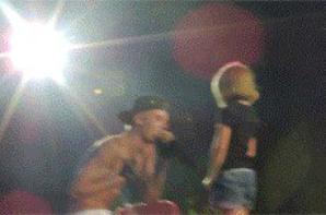Justin Bieber trés hot quand il nous fait voir son beau cul bombé a travers son boxer blanc sur scéne