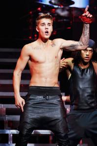 Justin Bieber trés sexy torse nu sur scéne a Pékin,Chine