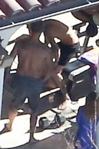 Justin Bieber trés hot dans son boxer noir a l'extérieur de sa villa à Calabasas, Los Angeles