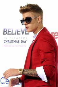 Justin Bieber trés sexy dans son costume rouge pour  L'avant-première du film Believe, Los Angeles