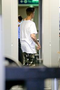 Justin Bieber arrive à l'aéroport de LAX