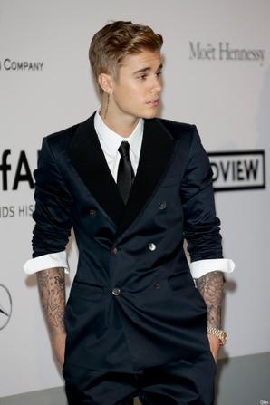Justin Bieber trés sexy dans son costume pour assisté au Gala d'amfar du cinéma contre le sida au Cap d'Antibes en France
