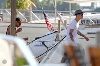 Justin Bieber trés sexy avec son beau cul bomber sur un yacht à Miami, Floride