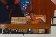 Justin Bieber trés sexy torse nu pour célébrer le 4 Juillet sur un yacht avec des amis à Miami, Floride
