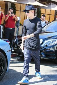 Justin Bieber quitte le restaurant II Pastaio à Beverly Hills