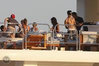 Justin Bieber trés sexy quand il s'amusent avec ses amis à Ibiza