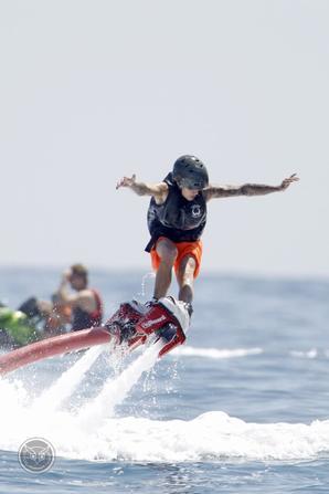 Justin Bieber trés sexy faisant du Flyboard à Ibiza, Espagne