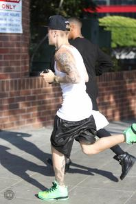 Justin Bieber faisant un jogging trés sexy dans les rues de Beverly Hills, Californie