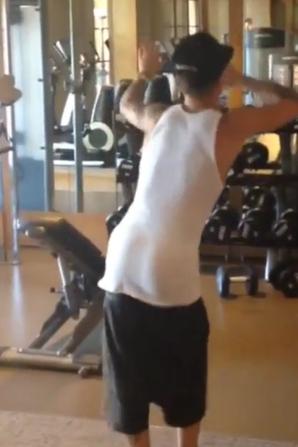 Justin Bieber faisant une danse trés sexy montrant ses belles fesses bombés