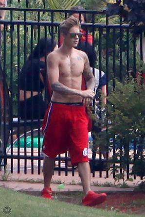 Justin Bieber trés sexy au bord d'une piscine au Canada