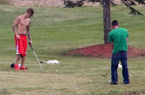 Justin Bieber trés sexy faisant un golf avec son père et des amis à Toronto, Canada