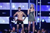 Justin Bieber trés hot faisant un striptease aux Fashion Rocks, Barclays Center à NYC