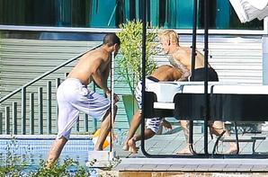 Justin Bieber avec des amis à l'extérieur de sa maison à Beverly Hills, Californie