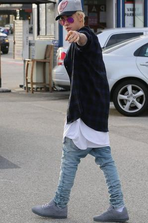 Justin Bieber se promène dans le Malibu Pier, Californie
