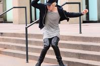 Justin Bieber faisant du skateboard en face de Madison Square Garden à New York
