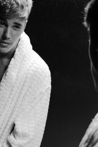 Justin Bieber shooté torse nu par Karl Lagerfeld pour le magazine V