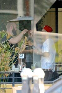 Justin Bieber mange dans un restaurant à Santa Monica, Californie