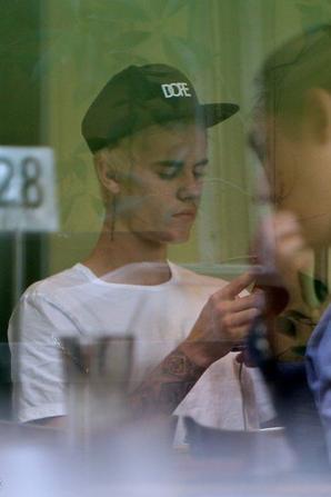 Justin Bieber déjeunant au Fresh Corn Grill à Los Angeles