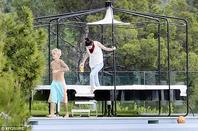 Justin Bieber trés hot a l'extérieur de sa maison à Beverly Hills