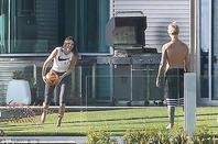 Justin Bieber trés sexy jouant au volley-ball à l'extérieur de sa maison à Beverly Hills, en Californie.