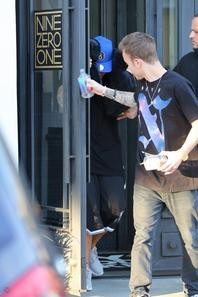 Justin Bieber et Ryan Butler quittant le salon Nine Zero One à West Hollywood, Californie.